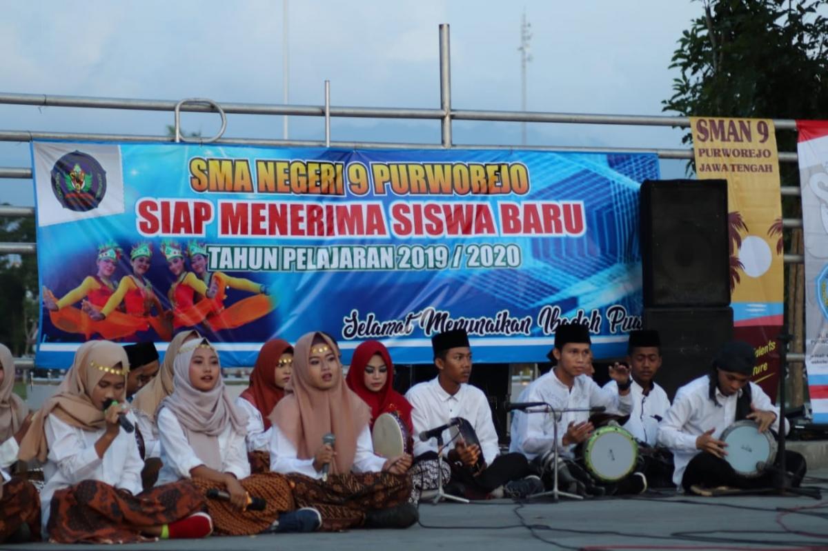 Grup hadroh SMA Negeri 9 Purworejo saat mengisi acara Romansa Musik Ramadhan di Amphitheater
